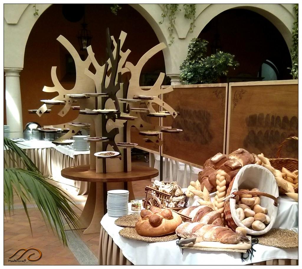 vista de árbol junto a mesa de pan