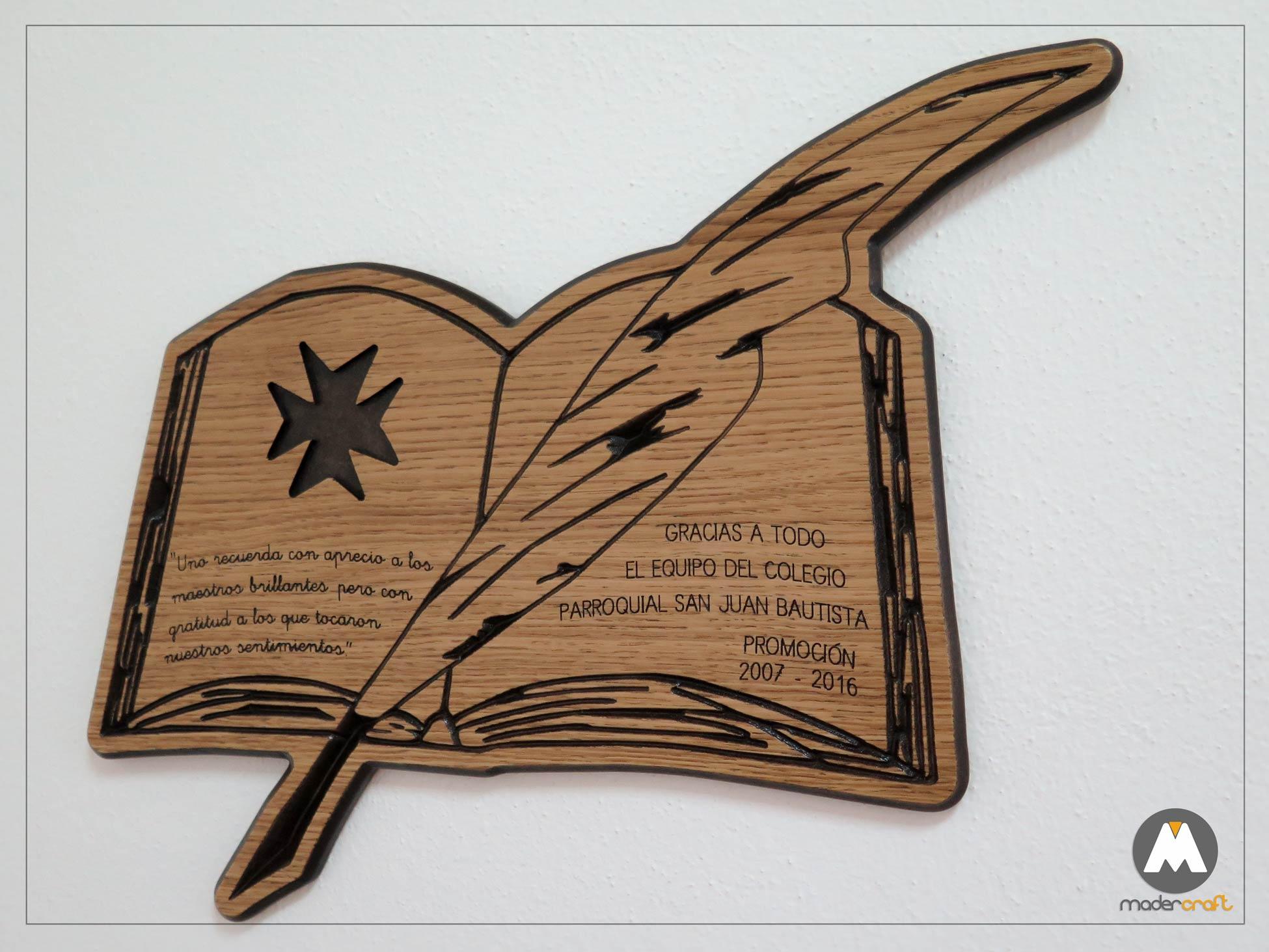 Placa Madera Agradecimiento Colegio Parroquial, logotipo tallado en madera DM rechapada en Roble, libro con pluma y cruz de malta. San Juan del Puerto Huelva