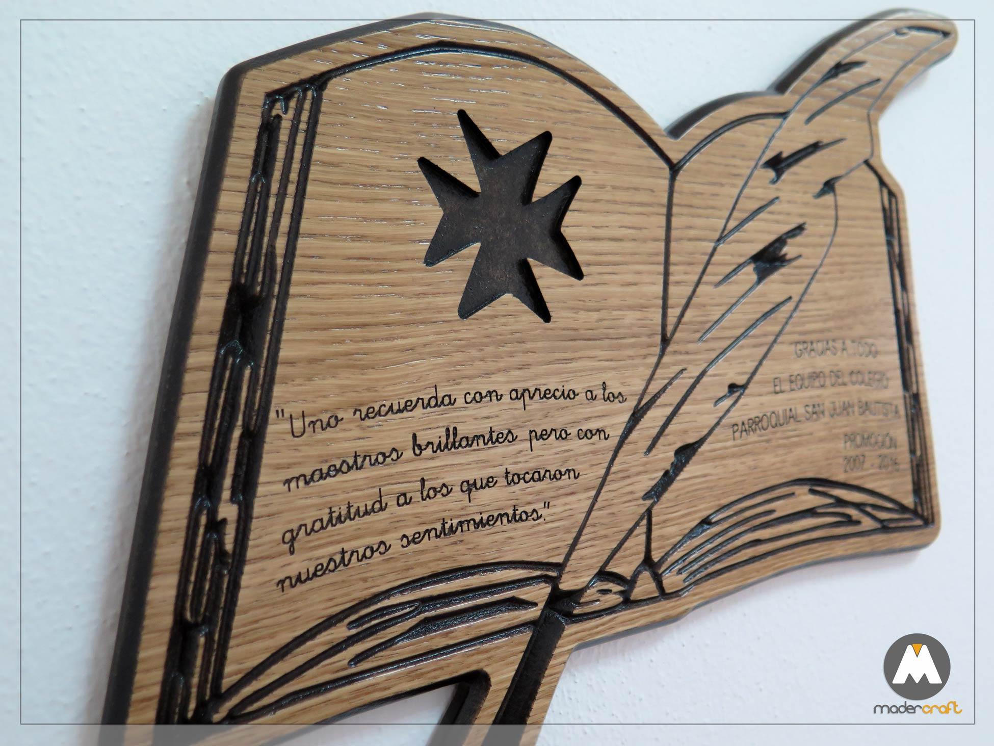 Placa Madera Agradecimiento Colegio Parroquial, logotipo tallado en madera DM rechapada en Roble, libro con pluma y cruz de malta. San Juan del Puerto Huelva, tallada