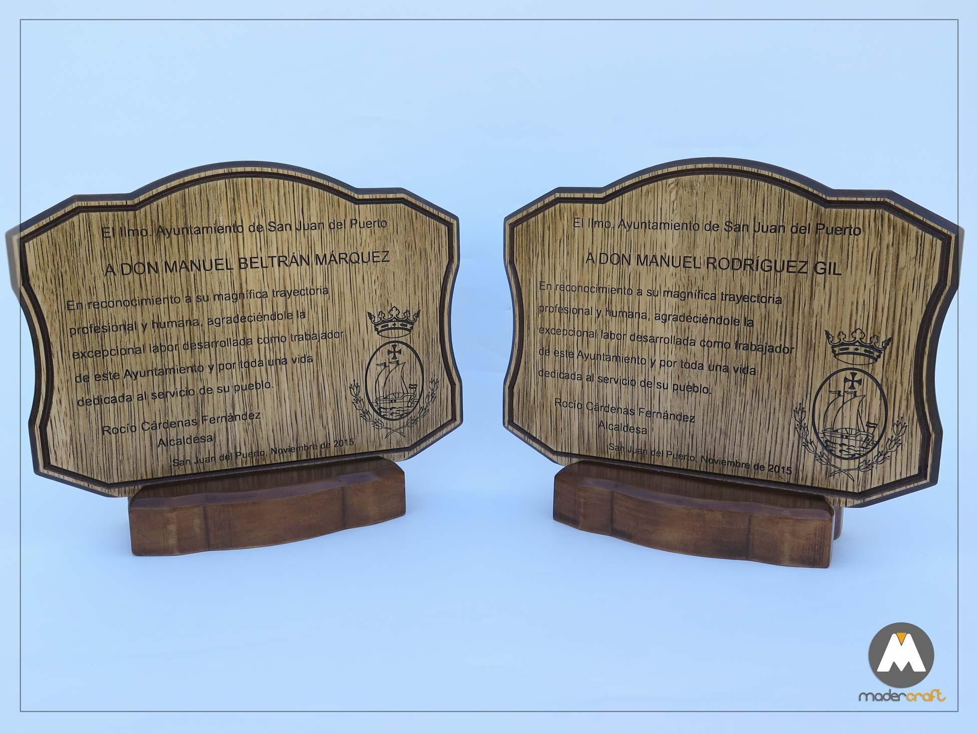 Placa Madera Agradecimiento Ayuntamiento San Juan del Puerto, madera de DM rechapada en roble, base de pino, pie de trofeo. tallada