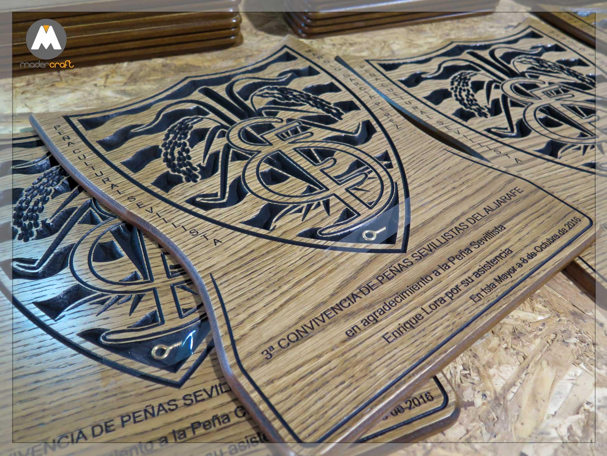 Placa Madera Deportiva Sevillista Manolo García Pérez, Isla Mayor. Convivencia aljarafe. Agradecimiento Homenaje Fútbol Balompié. Madera DM rechapada roble. placa para colgar.