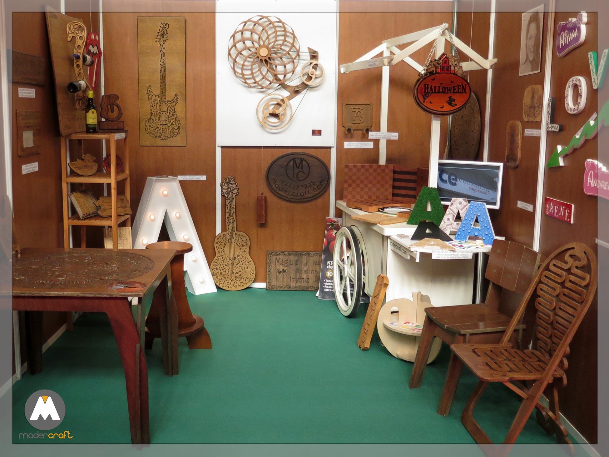 Stand de muestras de MaderCraft, somos fabricantes, silla flexible, mesa puzzle, carrito chuches, letras corporeas, tablas cocina.