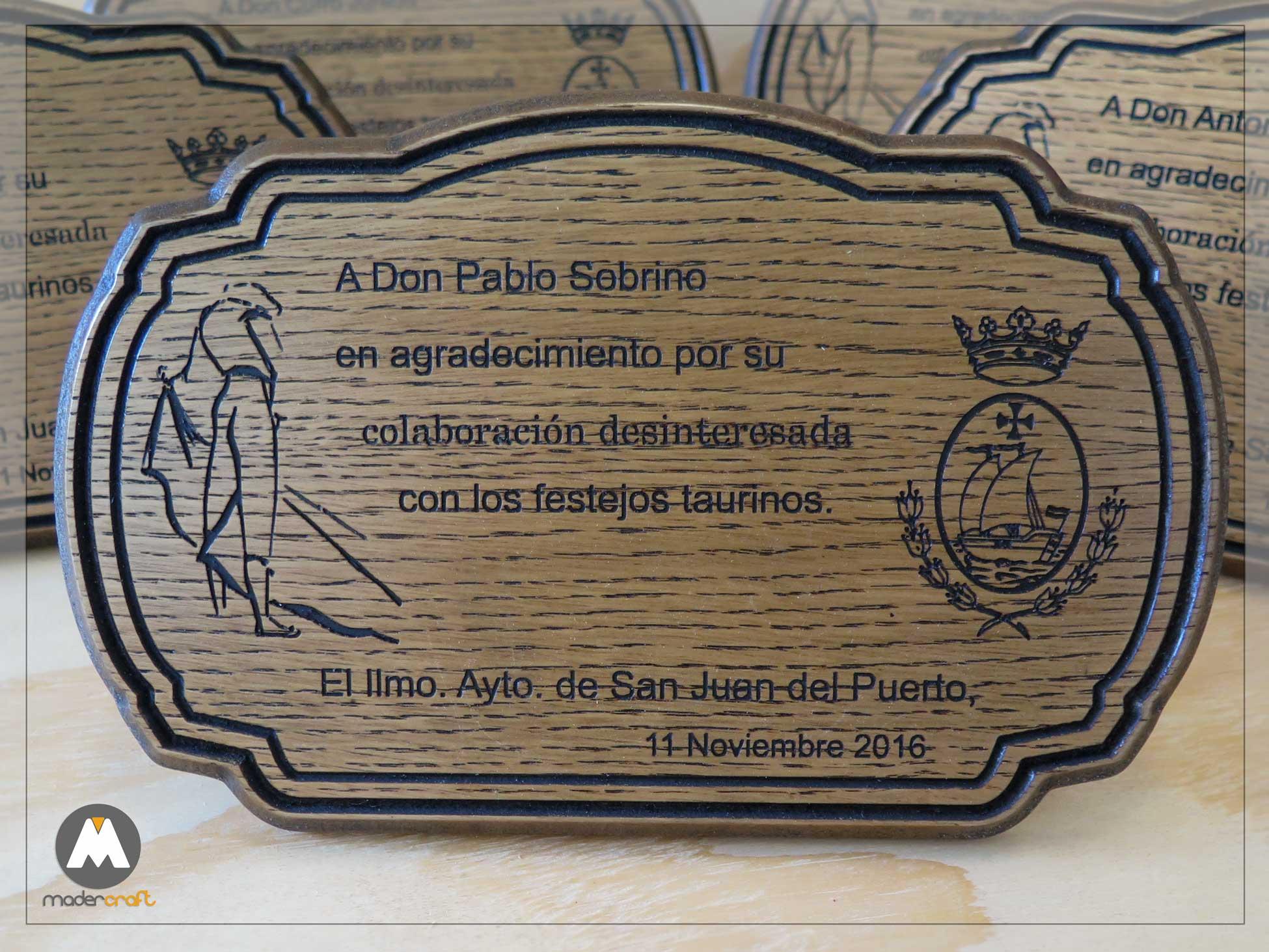 Placa Madera Taurina, DM rechapado en roble. Ayuntamiento San Juan del Puerto Huelva, torero, escudo carabela corona, agradecimiento, homenaje.
