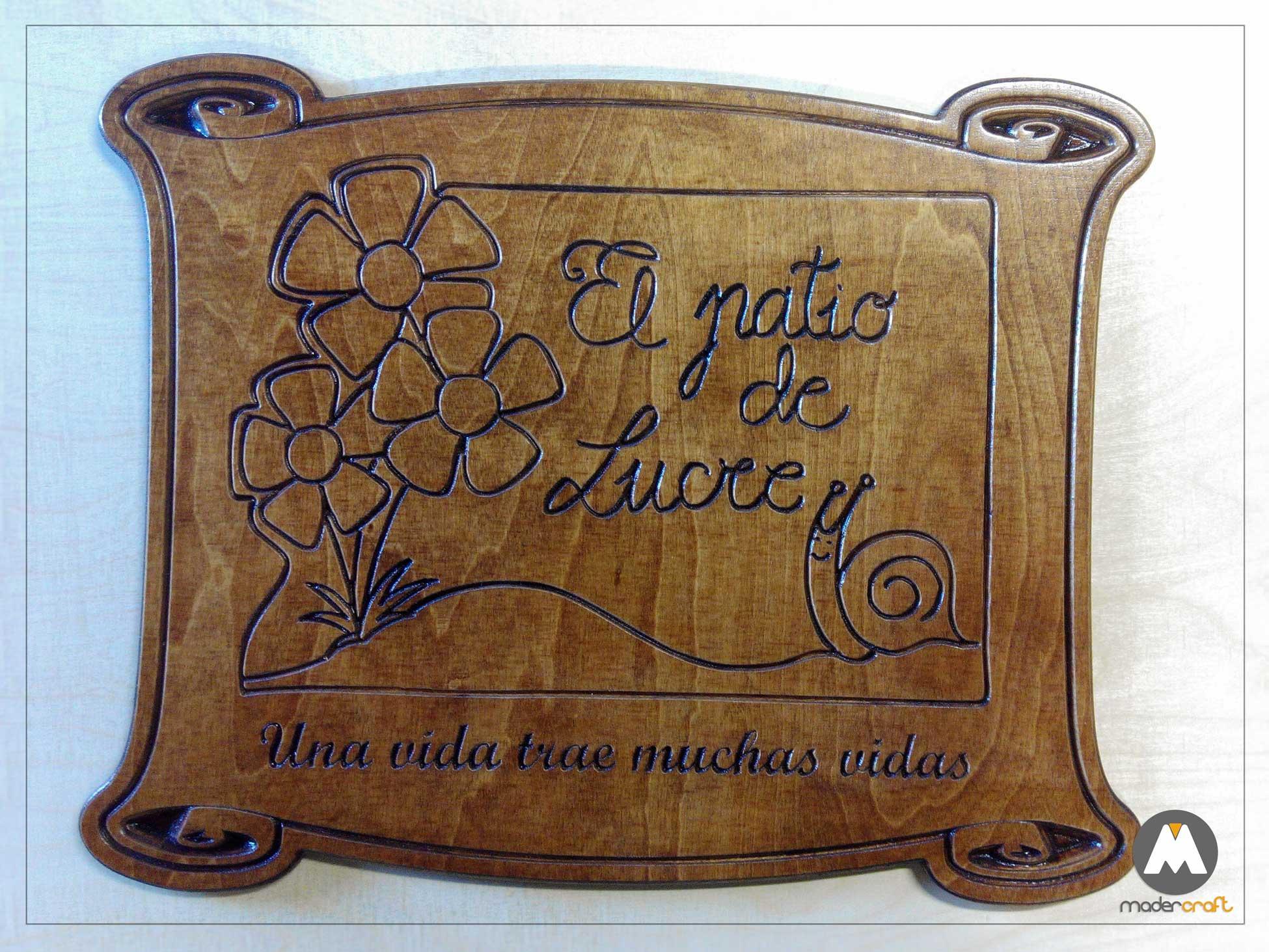 Placa Madera Agradecimiento Colegio, logotipo tallado en madera abedul, pergamino con flores y caracol. tallada, reconocimiento