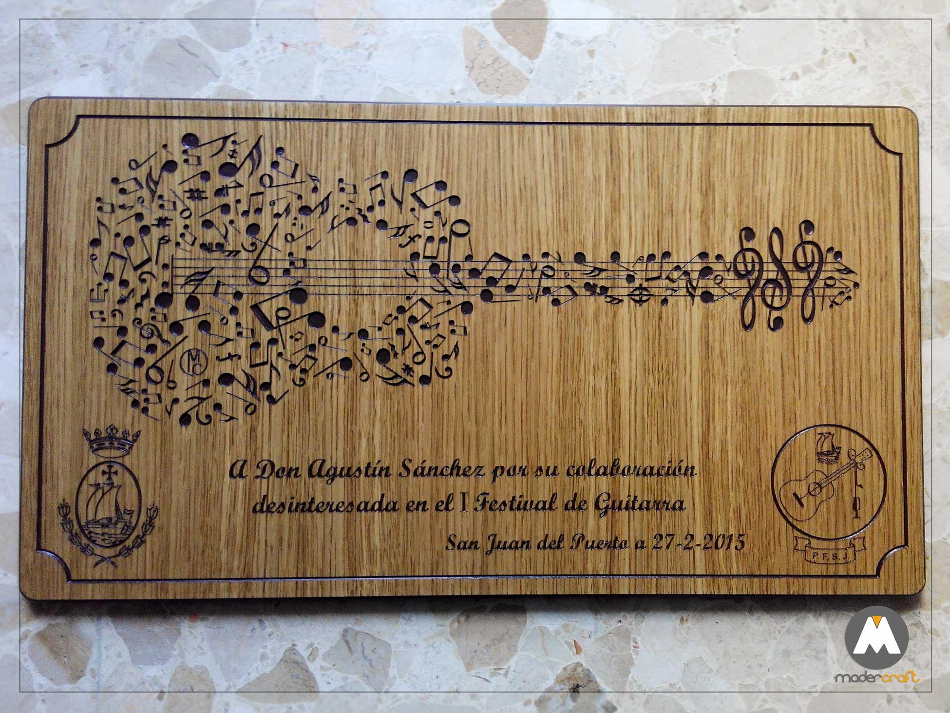 Placa Madera Agradecimiento Peña Flamenca, madera DM rechapada en roble, guitarra flamenca con notas musicales, logotipo, escudo San Juan del Puerto, Huelva. tallada, reconocimiento, homenaje.